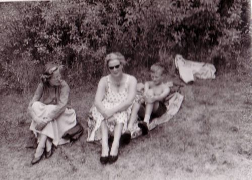 Robert with his mother and sister Ellen on a brake from bicycling in the dunes between Santpoort and Leiden.