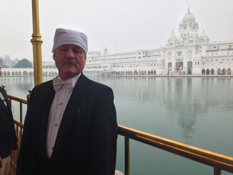 Robert Gorter, again bear-footed, at the Golden Temple in Amritsar