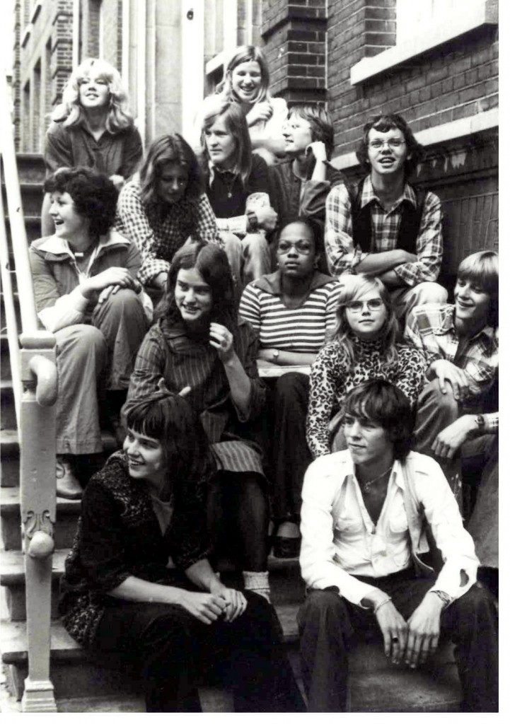 Robert Gorter and the Baldur team members. This picture was taken on the staircase leading to the entrance of Baldur one morning (in 1974?). One can see part of the team of 18 members in total that run Baldur at that time.
