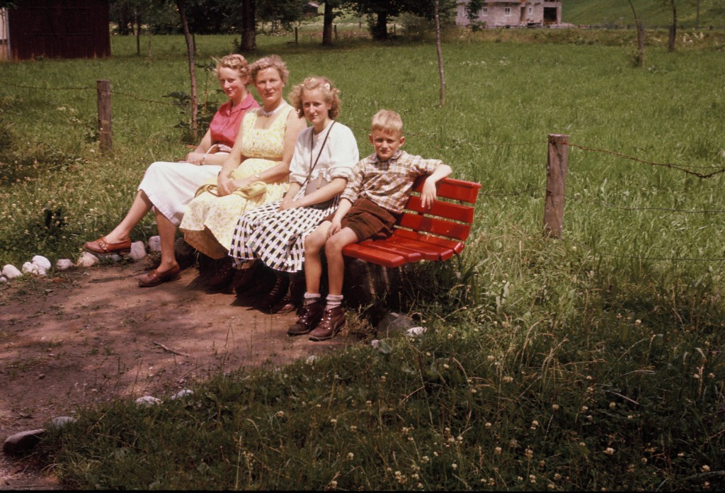 Robert Gorter (r) with his mother and two sisters Rita (l) and Ellen (next to him) hiking in Austria